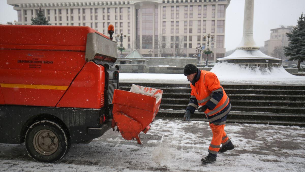 За неналежне прибирання снігу на керівників підприємств у Києві склали понад 100 протоколів – КМДА